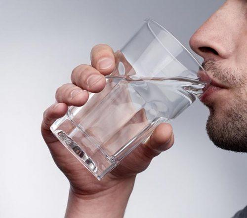 Uống nước trước và trong khi uống bia rượu