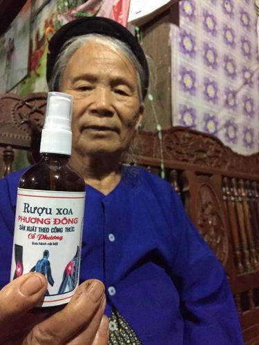 Bác Phương Ở Bắc Giang rất thích dùng rượu xoa bóp Phương Đông