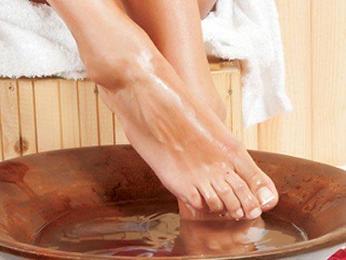 Ngâm chân với rượu gừng giúp phụ nữ sau sinh có tinh thần phấn chấn, ăn ngon ngủ ngon